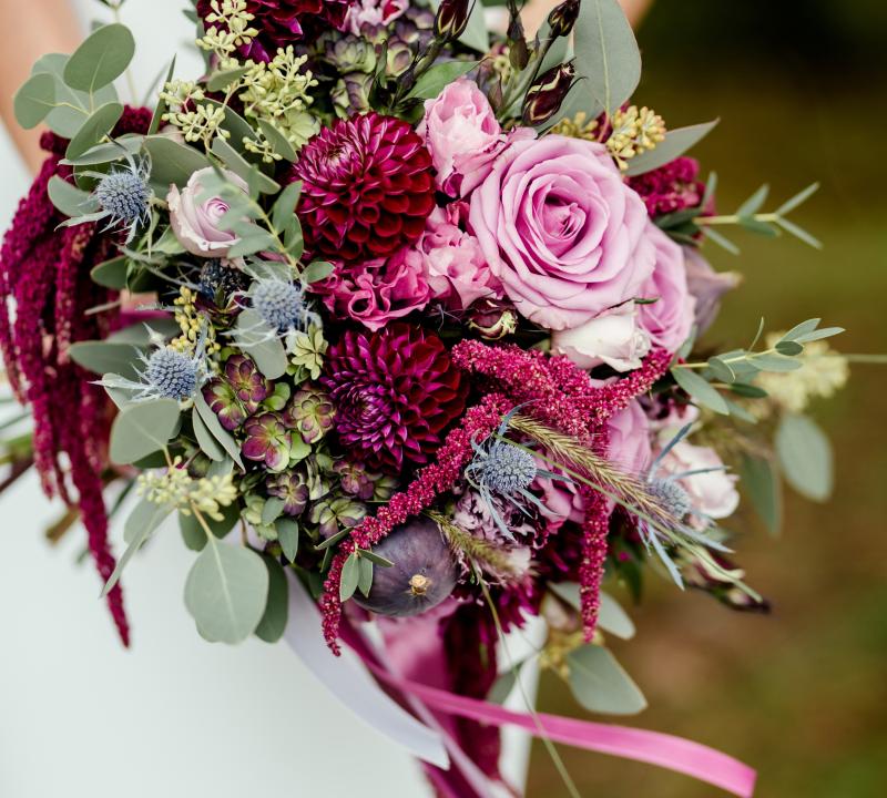inspiracje-ślubne-purpurowy-bukiet